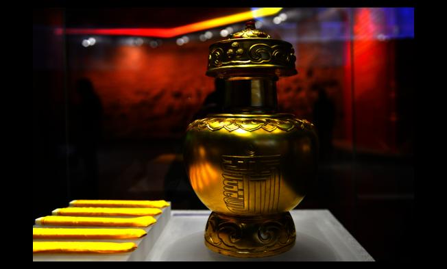 西藏3日舉行第一期活佛轉世管理專題培訓班。圖為今年初「西藏百萬農奴解放紀念館」展出的乾隆皇帝賜予西藏實施「金瓶掣簽」制度用的「金本巴瓶」。(中新社)