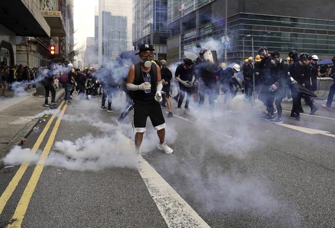 香港示威遊行演變成激烈衝突,警方多次發射催淚彈及橡膠子彈驅散。美聯社