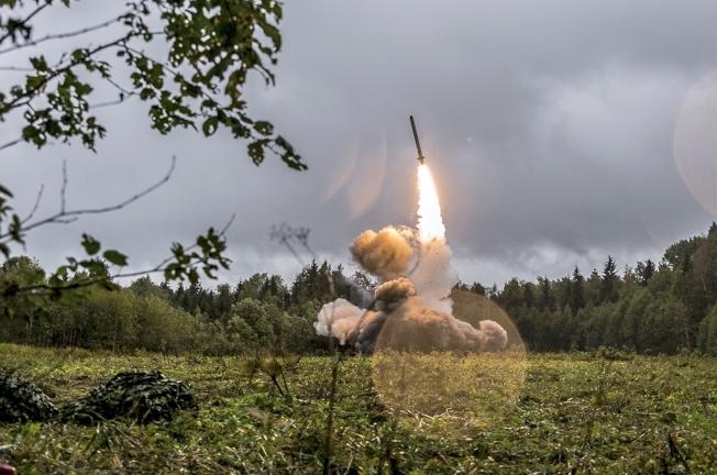 俄羅斯國防部聲明指出,軍方今天在北極海(Arctic Ocean)極地區域與巴倫支海(Barents Sea)試射兩款潛射彈道飛彈,並成功擊中預設目標,這是俄軍戰鬥訓練的一部分。美聯社資料照