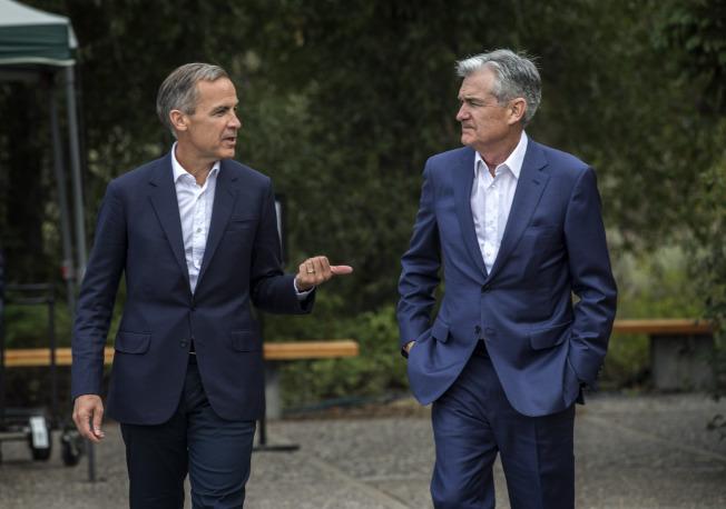 英格蘭銀行總裁卡尼(左)與美國聯準會主席鮑爾23日在懷俄明州傑克森洞的全球央行總裁年會期間邊走邊聊。美聯社