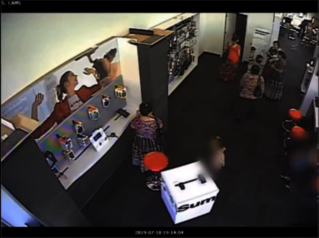 六名女子合夥偷取29支手機。(警方提供)