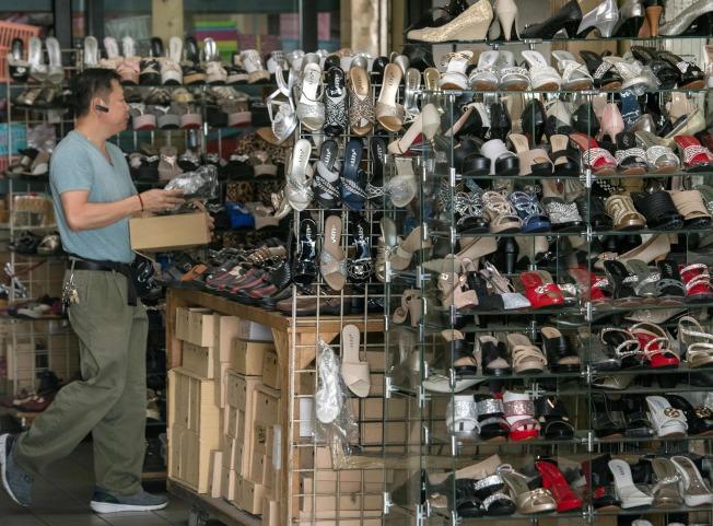 在洛杉磯中國城鞋店內各款鞋子多是進口自中國。川普總統宣布自10月1日起對2500億中國進口物品開徵25%的關稅。(Getty Images)