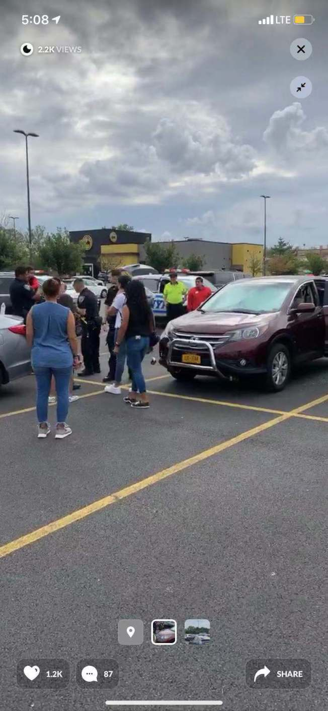 大學點的停車場內又一孩童被母親獨自遺留在車中。(取自Citizen視頻)