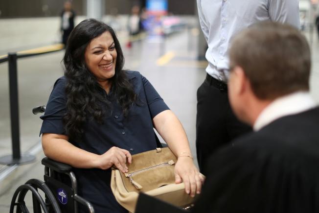 來美17年的孕婦塔特芙(左)宣誓入籍前突然臨盆前的宮縮徵狀,她擔心移民法更改無法入籍,在法官協助下,單獨宣誓,結束六年等待之路。(路透)