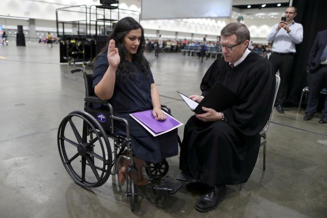 來美17年的孕婦塔特芙(左)宣誓入籍前突然臨盆前的宮縮徵狀,她擔心移民法更改無法入籍,在法官協助下,單獨宣誓。(路透)