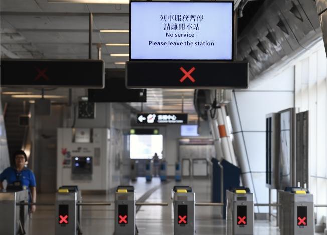因應24日下午的觀塘遊行,港鐵中午12時起暫停觀塘線彩虹站至調景嶺站之間列車服務。(中通社)