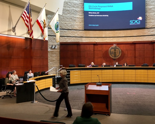 爾灣市長Christine Shea在公聽會發言後離開。(記者尚穎/攝影)