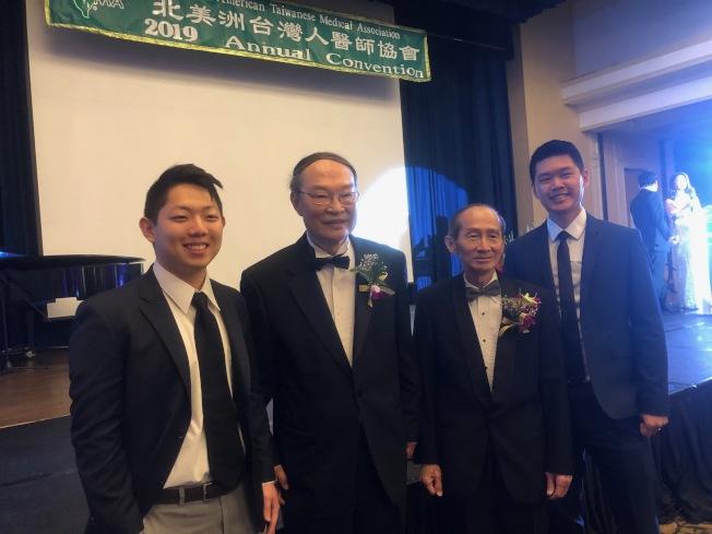 獲獎學生高新志(左起)、北美台灣人醫師協會總會會長邱俊傑、南加分會董事長許正雄、獲獎學生陳瑞傑。(記者張宏/攝影)