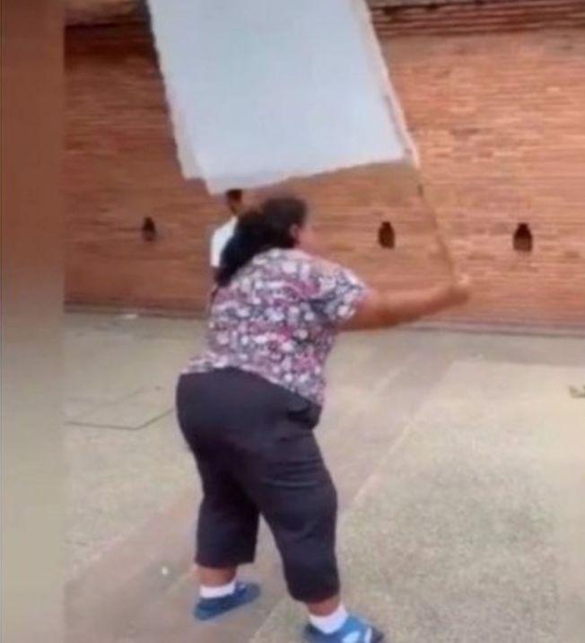 大媽揮動自製的旗子,控制鴿子飛舞的方向。(取材自推特)