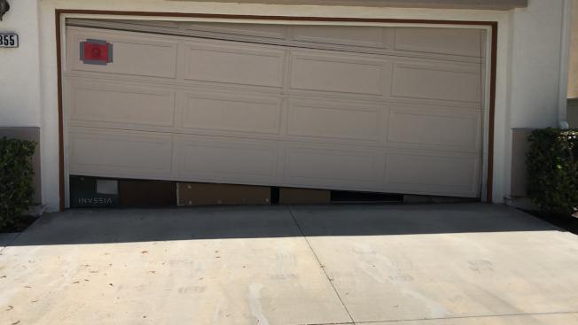 奇諾市王利西大麻屋,遭警方撬開車庫大門搜查。(記者啟鉻/攝影)