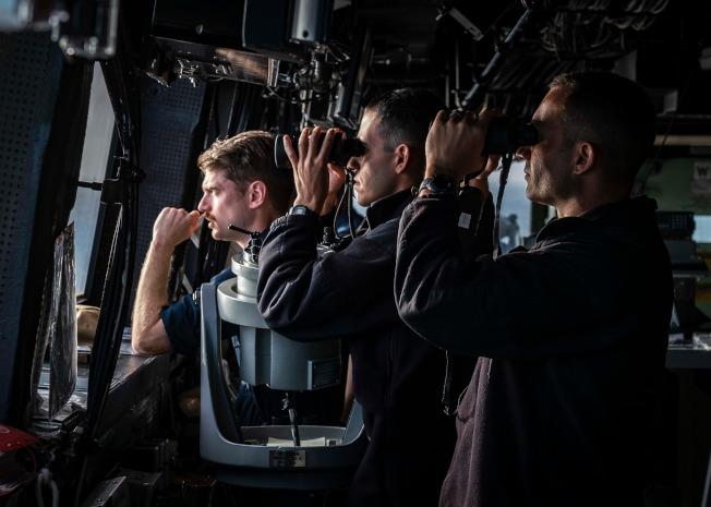 聖安東尼奧級船塢登陸艦「綠灣號」(USS Green Bay LPD 20)前日(23日)打開自動船位回報系統(AIS),單艦由南向北穿越台灣海峽。美軍第7艦隊昨日透過官方粉絲專頁,披露艦船穿越海峽時,艦艇啟動艦橋警戒作業,艦上指揮層級軍官神情緊張地在駕駛艙以望遠鏡監控不明目標。(取材自第七艦隊臉書粉絲專頁)