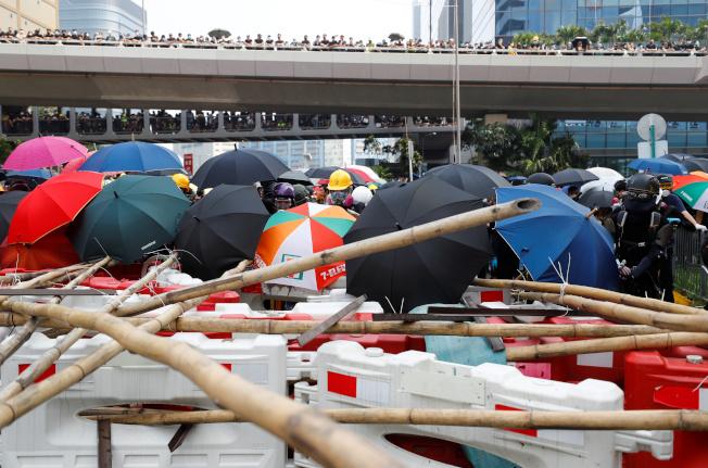 香港反送中示威者24日在主要道路設立各種路障。(路透)