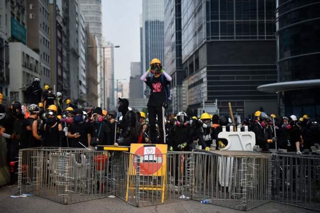 香港反送中示威者24日在多為工人社區的九龍灣,與警方對峙。(Getty Images)