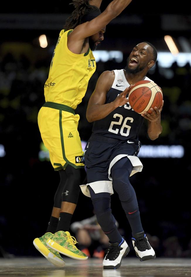 美國隊沃克(右)遭到澳洲隊米爾斯(左)的嚴密防守。(美聯社)