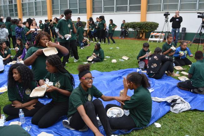 學生組織「屋崙兒童優先」表示,在未來兩年獲得360萬的籌款,每天為3000多名低收入學生提供免費的熱晚餐。圖為學生們此前正在享用餐飲。(記者劉先進/攝影)