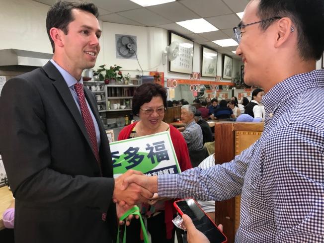 地檢長候選人李多福(左)走訪華埠拜票。(記者李秀蘭/攝影)