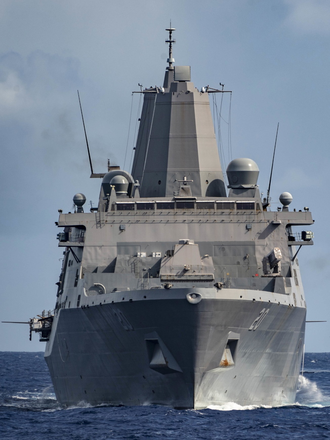 圖為原訂8月17日造訪香港但遭北京當局拒絕的兩棲船塢登陸艦「綠灣號」。 (歐新社)