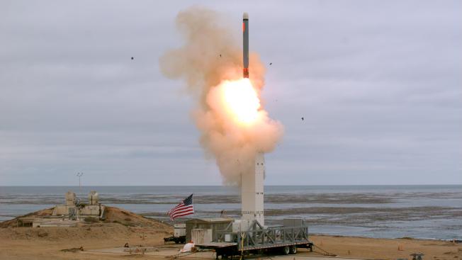 美國18日在加州成功試射一枚陸基中程飛彈。(美聯社)