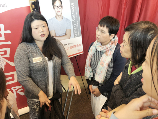 家長與學生在講座後面對面與講者諮詢。(記者李榮/攝影)