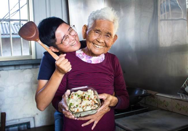 全台最年長YouTuber「快樂嬤」劉張秀去世,左為孫女「快樂姐」。(取材自臉書)