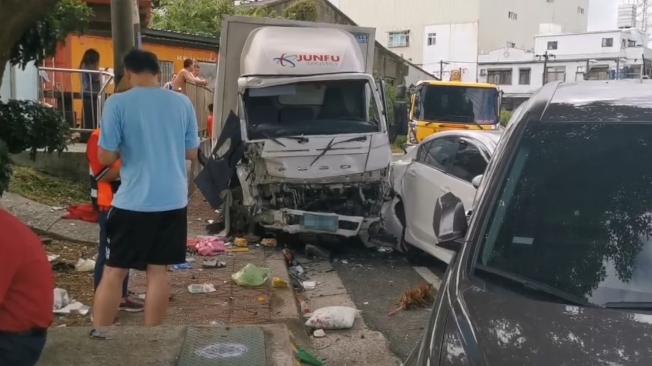 邱男酒駕開貨車,失控高速撞擊路邊車輛,再波及正在打掃的環保志工,釀三死三傷意外。(記者曾健祐/翻攝)