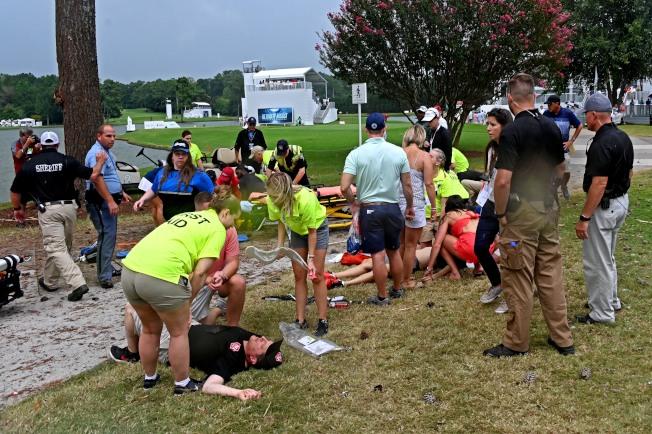 受傷民眾躺在草地上等待送醫。(路透)