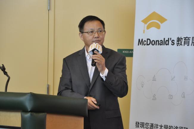 Michael Chen表示,申請助學金最重要的步驟是在填表前的準備,家長應將收入、資產根據美國教育部的規定調整好再填表。(記者林亞歆/攝影)