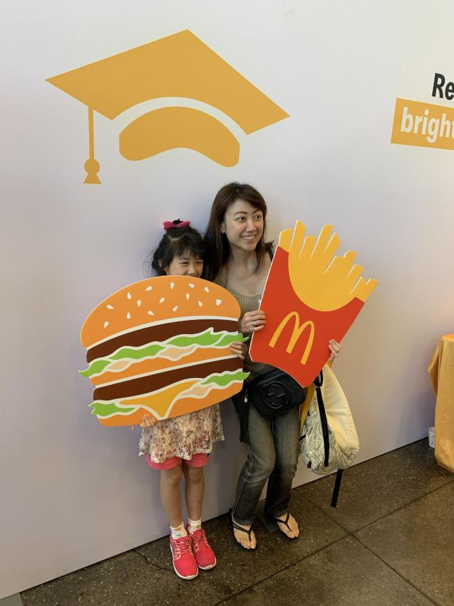 行動合影區提供各項道具,讓民眾與大漢堡、薯條拍照。(記者林亞歆/攝影)