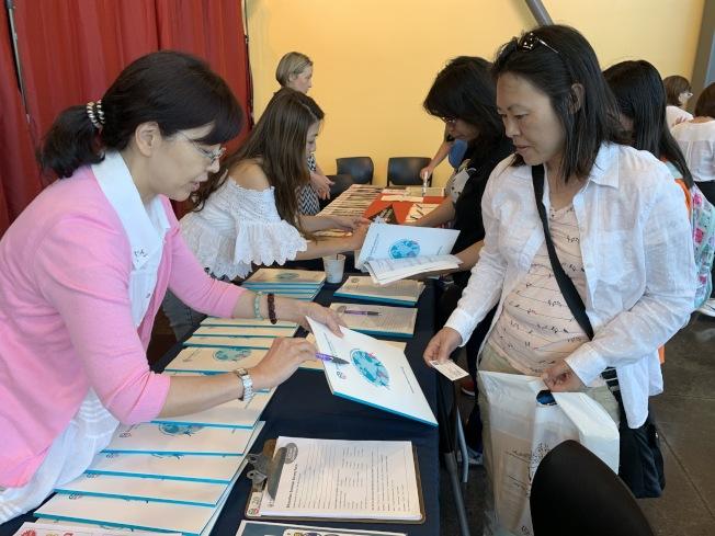講座休息時間也可見到許多民眾在攤位諮詢升學輔導、理財等各項服務。(記者林亞歆/攝影)