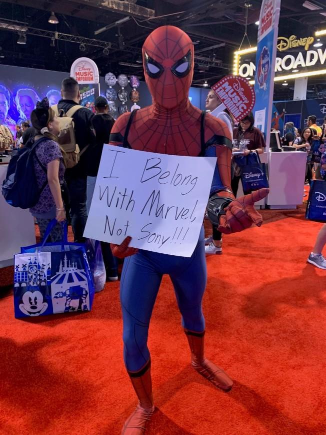 粉絲扮裝蜘蛛人在D23博覽會上發出訴求希望保留蜘蛛人在漫威電影。 (記者馬雲/攝影)