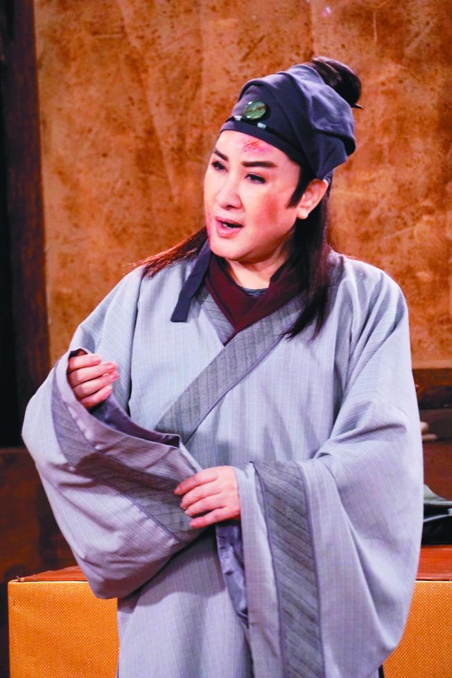 楊麗花在歌仔戲「忠孝節義」戲中飾演神醫,為戲弄得灰頭土臉。(圖:麗生百合提供)