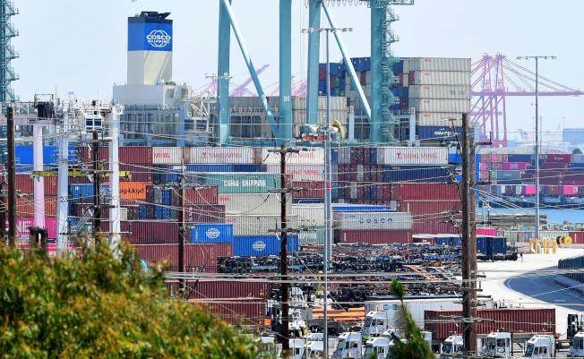 川普總統宣布自10月1日起對2500億中國進口物品開徵25%的關稅,將對美中貿易造成極大衝擊。圖為加州長堤港,堆滿來自太平洋兩岸的貨櫃。(Getty Images)