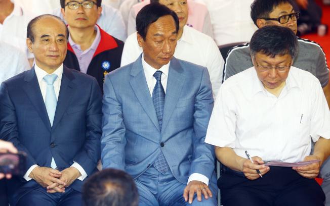 鴻海創辦人郭台銘(中)、台北市長柯文哲(右)、立法院前院長王金平(左)23日合體同框後,能否正式結盟,受到注目。(本報資料照片)