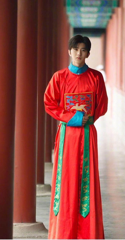 蔡徐坤的古代宮廷造型,被網友調侃像「蔡公公」。(取材自微博)