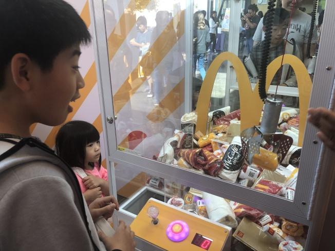 娃娃機非常受小朋友的歡迎。(記者李榮/攝影)