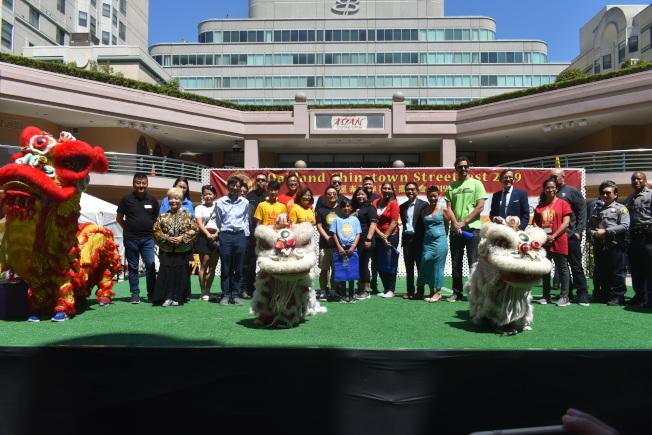 屋崙華埠商會聯同眾多官方和贊助商代表出席在富興中心舉行的街會開幕式。(記者黃少華/攝影)
