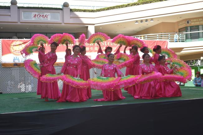 富興中心文化舞台上安排了富有中華文化特色的歌舞演出。(記者黃少華/攝影)