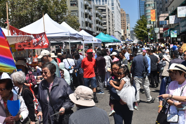 近200個攤位吸引了數以萬計的購物人潮。(記者黃少華/攝影)