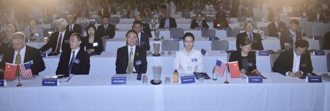 美中兩國各界來賓數百人出席峰會。前排左起:方大為、閔維方、王東華、方李邦琴、葉靜漪、唐亮。(記者黃少華/攝影)