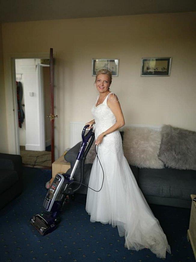 英國女子婚後繼續穿著婚紗打掃、煮飯、洗衣。取自臉書(@Mrswh2019)
