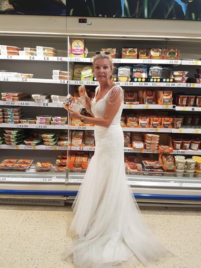 英國女子婚後繼續穿著婚紗過生活,包括上超市購物。取自臉書(@Mrswh2019)