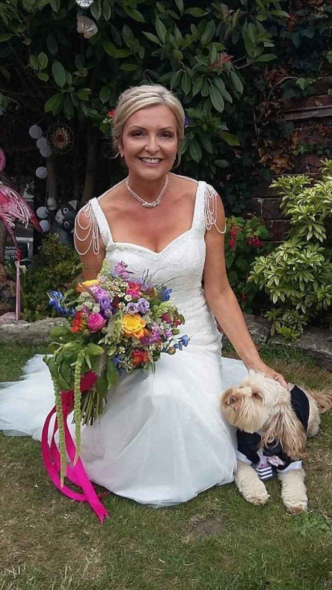 英國女子婚後繼續穿著婚紗過生活,誓言要把它穿夠本。取自臉書(@Mrswh2019)