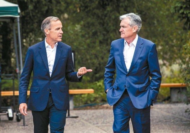 英格蘭銀行總裁卡尼(左)與美國聯準會主席鮑爾23日在懷俄明州傑克森洞的全球央行總裁年會期間邊走邊聊。 美聯社