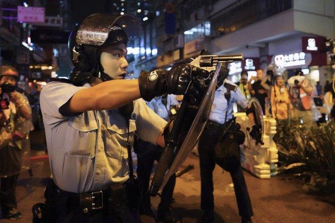 荃灣遊行入夜後演變成警民激烈衝突,晚上8時,有數名警員在沙咀道近大坡坊與示威者衝突期間,3名警員拔手槍指向示威者,並傳出疑似槍聲。 美聯社