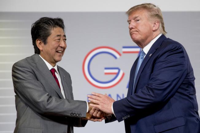 美國總統川普(右)與日本首相安倍晉三(左)25日在G7峰會場邊開雙邊會議。美聯社
