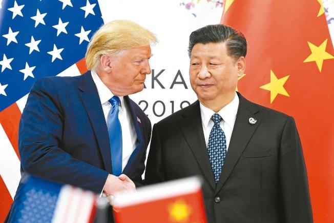 美中貿易戰緊張,美國總統川普(左)形容中國國家主席習近平為敵人,衝擊兩國經濟。 美聯社
