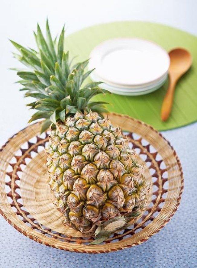 依季節挑選盛產的品種,鳳梨果色綠色代表熟度不足。 圖片提供/台灣好食材(來源:《餐桌上的蔬菜百科》、《水果做醬變好菜》、楊慧玉)