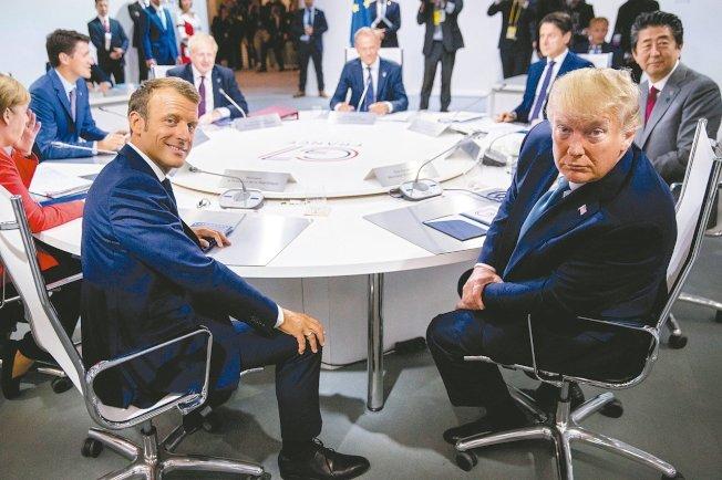 G7峰會東道主法國總統馬克宏(左),25日與美國總統川普(右)等其他成員國領袖討論全球經濟、外交與安全事務等議題。美聯社
