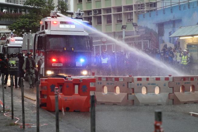 香港荃灣昨又現激烈警民衝突,警方首度出動水炮車驅散示威群眾。(歐新社)