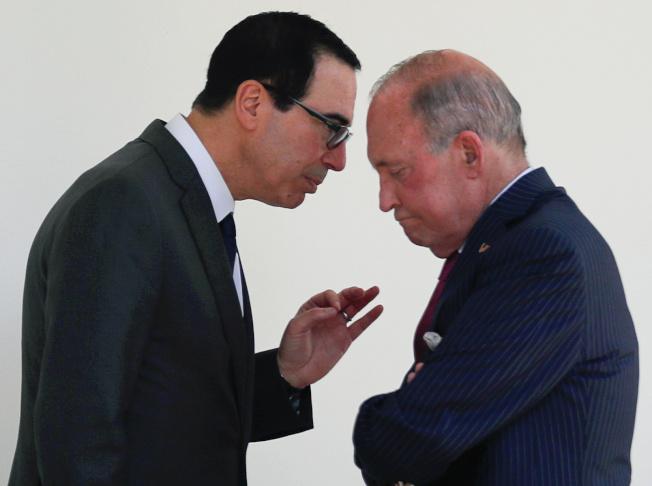 美國總統川普的幕僚,財長米努勤(左)和經濟顧問庫德洛(右)25日上電視解釋,川普並沒有動用緊急權力、強迫美國企業撤離中國的計畫。路透
